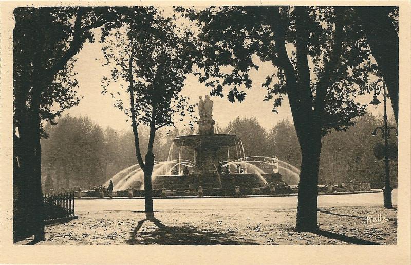 Carte postale ancienne Aix en Provence-Fr-13-vers 1930-la Grande Fontaine-au loin à Aix-en-Provence