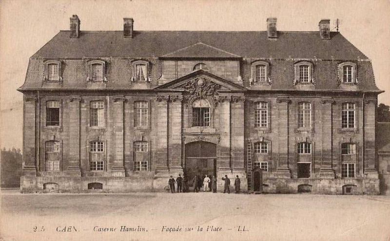 Carte postale ancienne Caserne Hamelin - Façade sur la Place à Caen