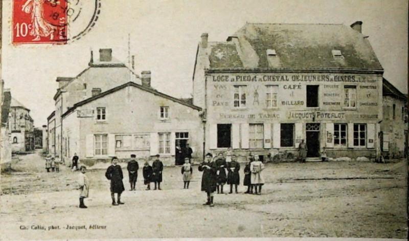 Carte postale ancienne Courcy 1908 la place 8400 à Courcy