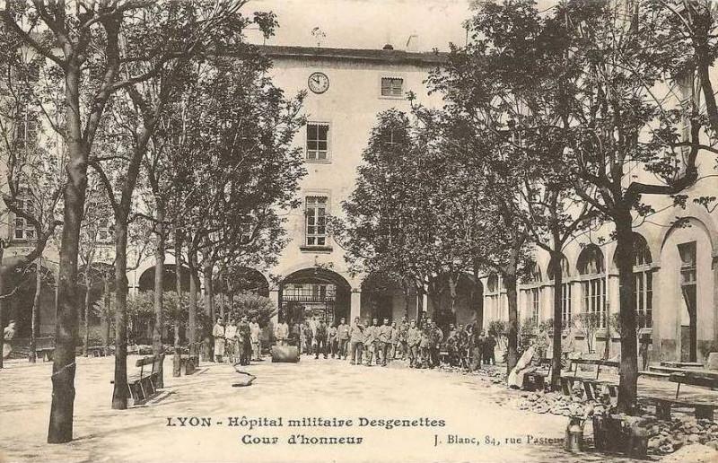 Carte postale ancienne Lyon hopitalmilitaire cpa cour à Lyon 2e Arrondissement