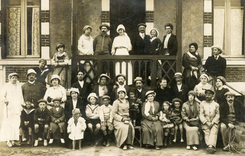Carte postale ancienne Boutain portrait famille villegiature villa à