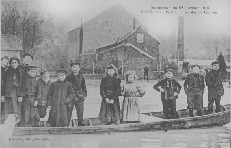 Carte postale ancienne Inondation de 1910 - Le Petit Pont - Maison Tisseron à Sedan