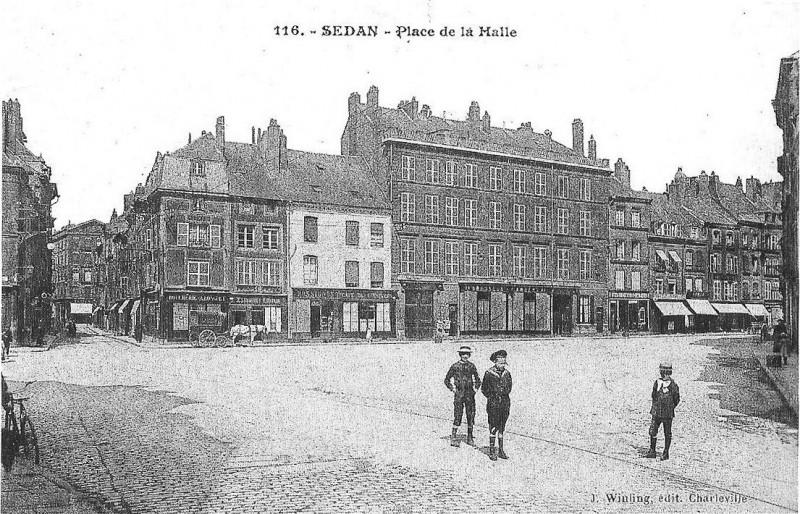 Carte postale ancienne Place de la Halle à Sedan