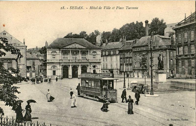 Carte postale ancienne Hotel de Ville et Place Turenne à Sedan