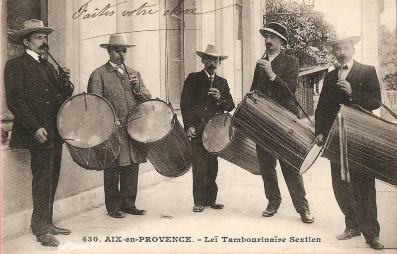Carte postale ancienne Tambourinaires Sextiens d'Aix à