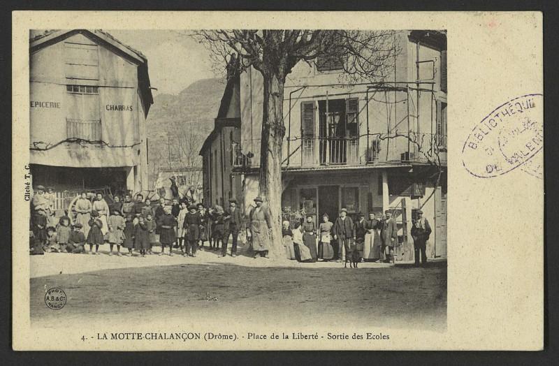 Carte postale ancienne La Motte-Chalançon (Drôme) - Place de la Liberté - Sortie des écoles  à La Motte-Chalancon