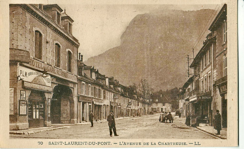 Carte postale ancienne Ll 70 - Saint-Laurent-Du-Pont - L'avenue de la Chartreuse à Saint-Laurent-du-Pont