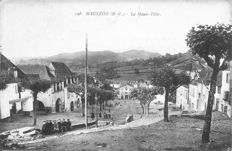 Carte postale ancienne Mauléon - vue de la Haute-Ville vers les halles (1910) à Mauléon-Licharre