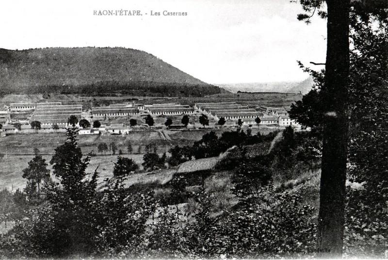 Carte postale ancienne Les Casernes à Raon-l'Étape