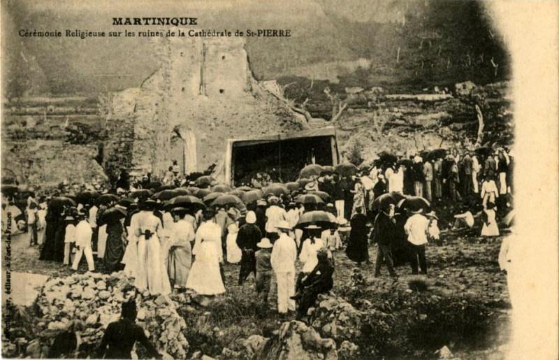 Carte postale ancienne Cérémonie religieuse sur les ruines de la cathédrale de Saint-Pierre