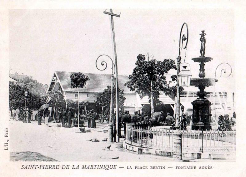 Carte postale ancienne La place Bertin, Fontaine Agnès