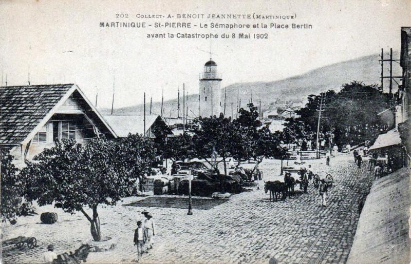 Carte postale ancienne Le Sémaphore et la place Bertin