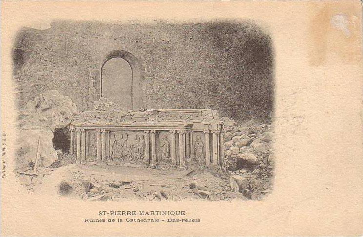 Carte postale ancienne Maître-autel dans les ruines du choeur de la cathédrale de Saint-Pierre