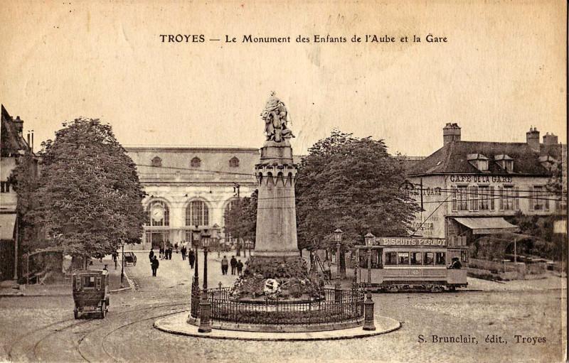 Carte postale ancienne Brunclair - Troyes - Le Monument des Enfants de l'Aube et la Gare à Troyes