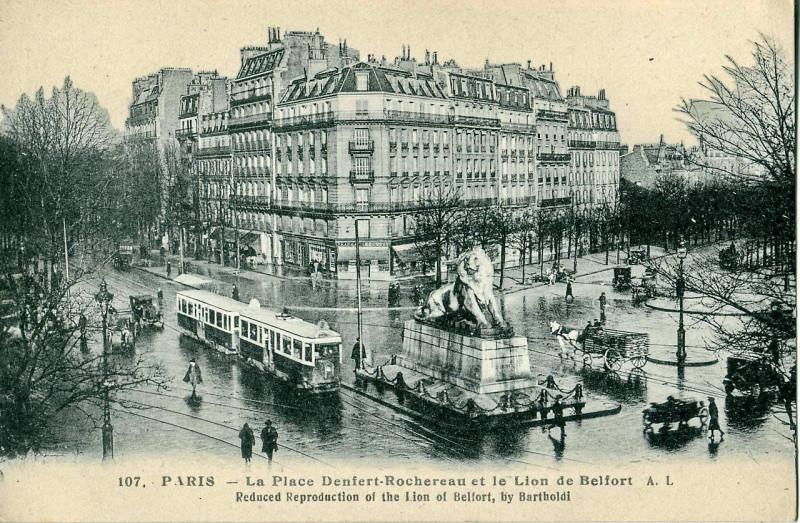 Carte postale ancienne La Place Denfert-Rochereau et le Lion de Belfort à Paris 14e