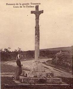 Carte postale ancienne Locronan Grande Troménie Croix de Saint-Théleau à Locronan