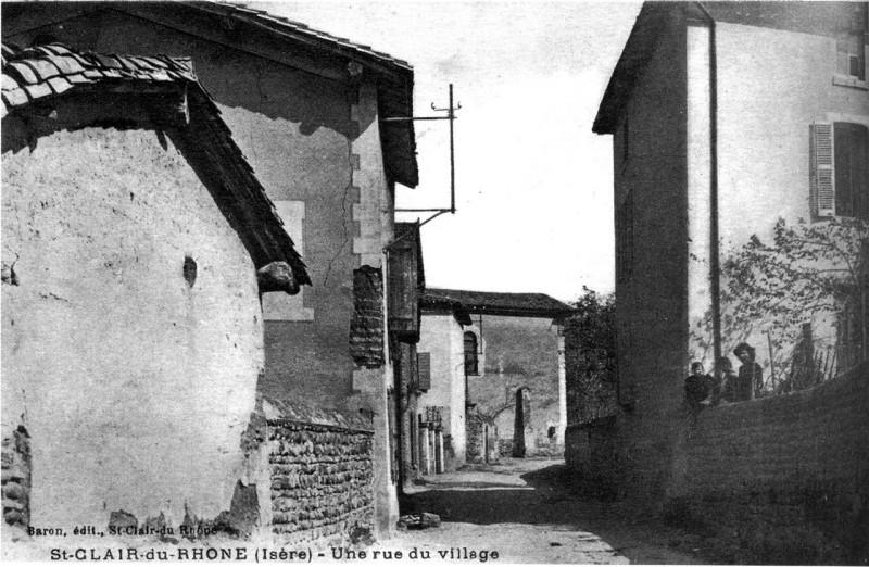 Carte postale ancienne Saint-Clair-du-Rhone, une rue du village en 1914, p194 de L'Isère les 533 communes - Baron édit, Saint-Clair-du-Rhone à