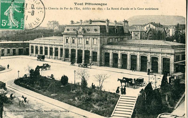Carte postale ancienne Gerdollle et Briquet 7 - Toul Pittoresque - La Gare du Chemin de Fer de l'Est, édifiée en 1895 - La Route d'accès et la Cour extérieure à Toul