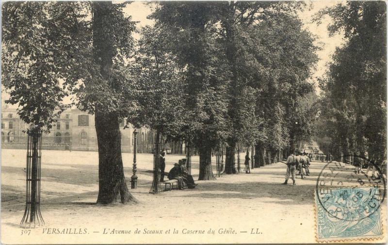 Carte postale ancienne Versailles - L'Avenue de Sceaux et la Caserne du Génie à Versailles
