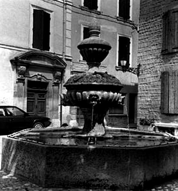 Carte postale ancienne Caromb fontaine de 1749