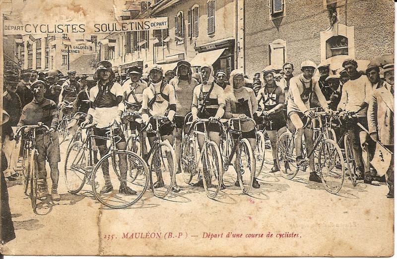 Carte postale ancienne Départ de course cycliste à Mauléon (1920) à Mauléon-Licharre