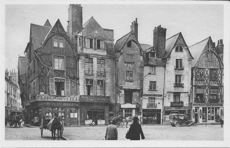 Carte postale ancienne Tours-Place Plumereau vers 1930 à Tours