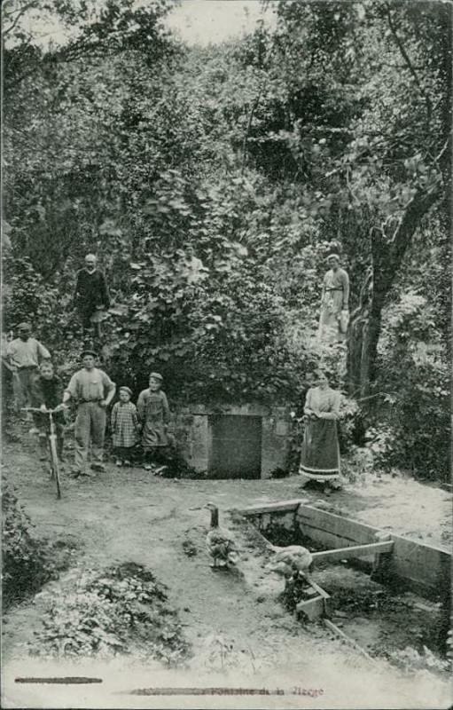 Carte postale ancienne Haux - fontaine à