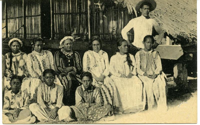Carte postale ancienne Bora Bora – La reine et ses dames d'honneur, Ana'ite (1) à