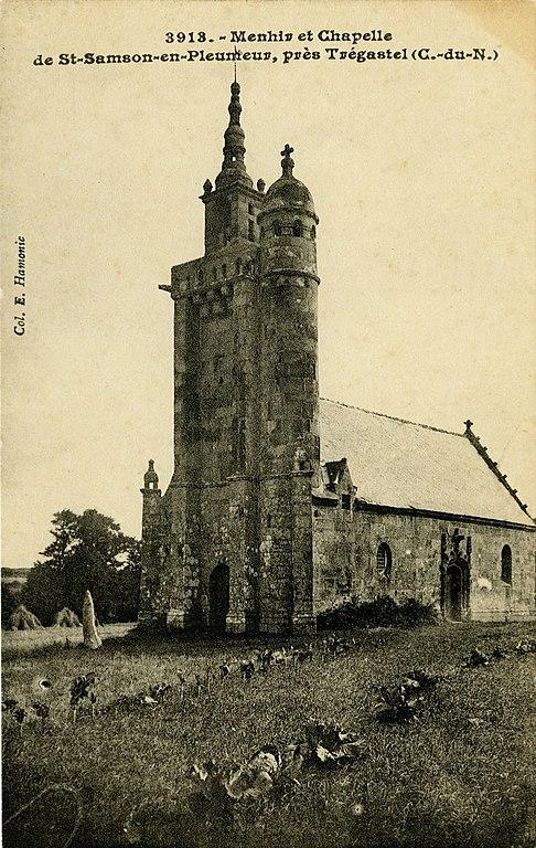 Carte postale ancienne Pleumeur-Bodou - Menhir et chapelle de Saint-Samson à Pleumeur-Bodou