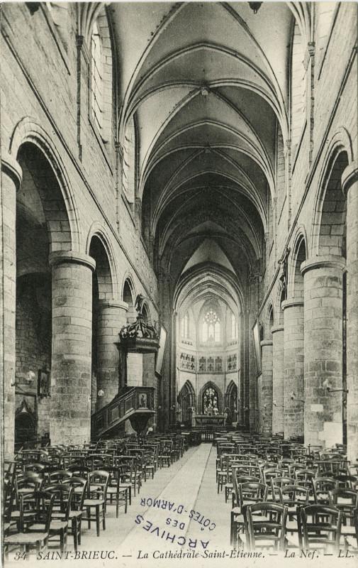 Carte postale ancienne Saint-Brieuc - Cathédrale nef à Saint-Brieuc