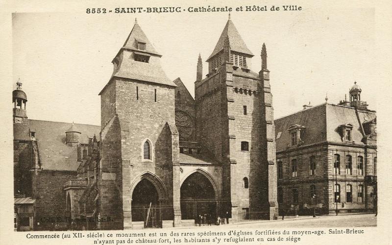 Carte postale ancienne Saint-Brieuc - Cathédrale et hôtel de ville à Saint-Brieuc