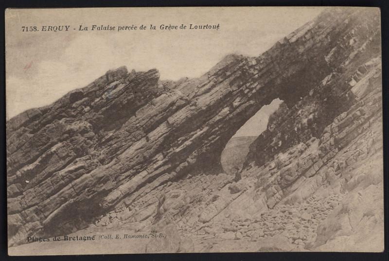 Carte postale ancienne Erquy - Falaise percée de la grève de Lourtoué à Erquy