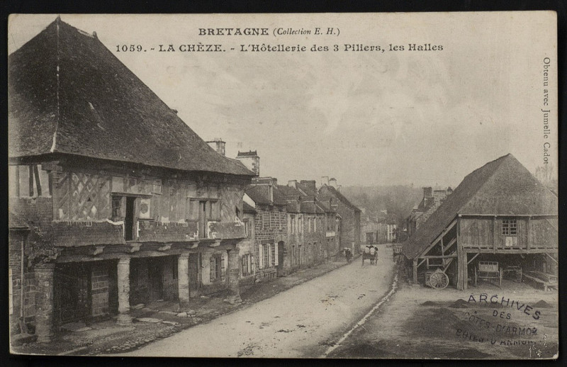 Carte postale ancienne La Chèze - Hôtellerie des Trois piliers et halles à La Chèze