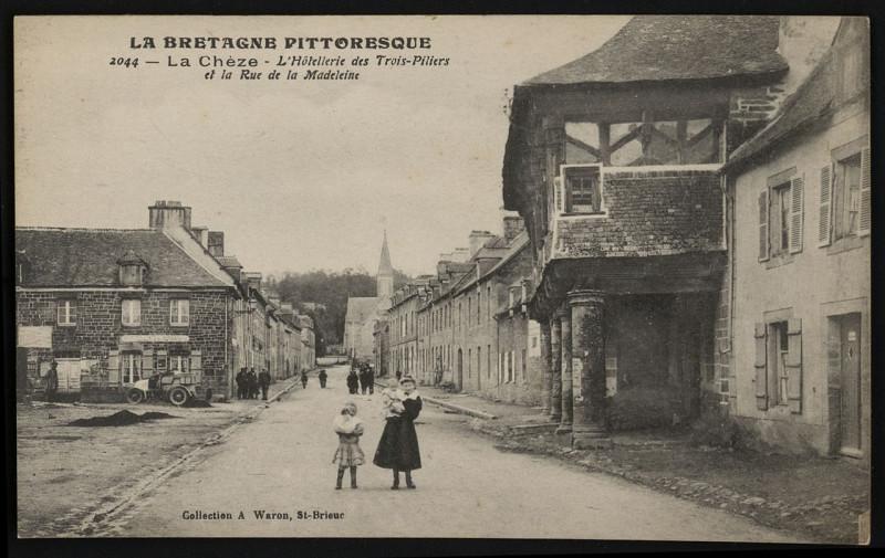 Carte postale ancienne La Chèze - Hôtellerie des Trois-piliers et rue de la Madeleine à La Chèze