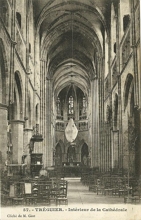 Carte postale ancienne Tréguier - Intérieur de la cathédrale à Tréguier