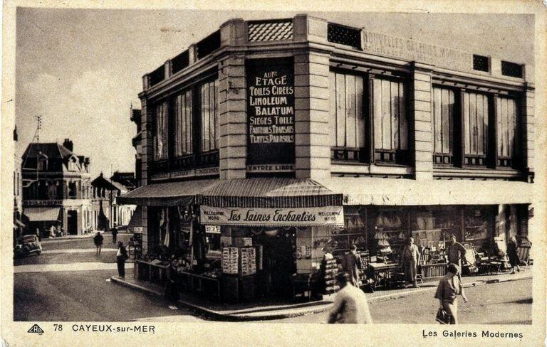 Carte postale ancienne Cayeux-sur-Mer, les Nouvelles Galeries modernes, rue du maréchal Foch (avant le 5 janvier 1944) 01