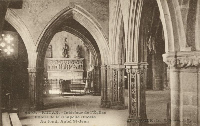 Carte postale ancienne Runan - Intérieur de l'église piliers de la chapelle ducale à Runan