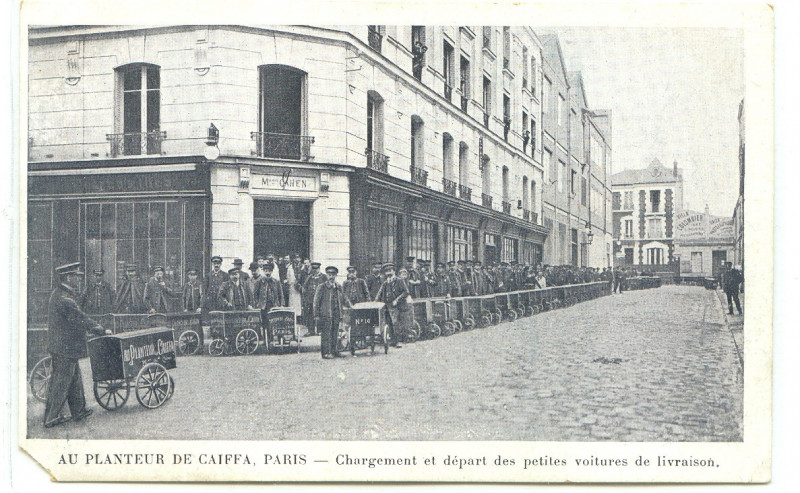 Carte postale ancienne Loading and departure of the carts à