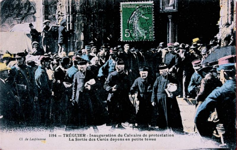Carte postale ancienne Tréguier Inauguration du calvaire de protestation 2 -1904- à Tréguier