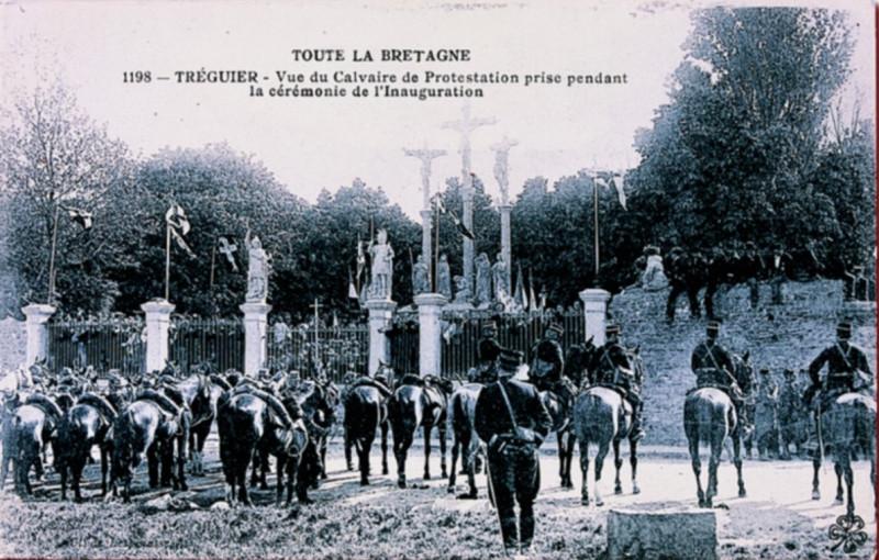 Carte postale ancienne Tréguier Photo prise cérémonie calvaire de protestation à