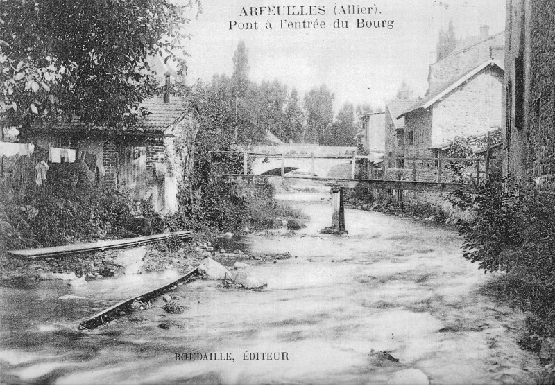 Carte postale ancienne Arfeuilles (Allier) Pont à l'entrée du Bourg