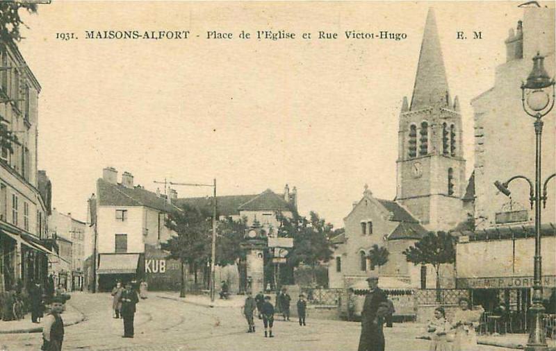 Carte postale ancienne Maisons-Alfort.Place de l'Eglise et rue Victor-Hugo à