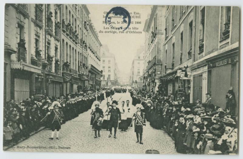 Carte postale ancienne Obsèques de Son Em. le Cardinal LABOURE, RENNES, le 26 avril 1906. Les Suisses et la tête du cortège, Rue d'Orléans. à