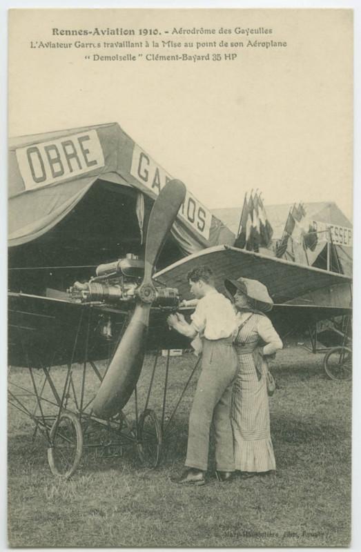 Carte postale ancienne Rennes-Aviation 1910. - Aérodrôme des Gayeulles L'Aviateur Garros travaillant à la mise au point de son Aéroplane Demoiselle Clément-Bayard 35 Hp à