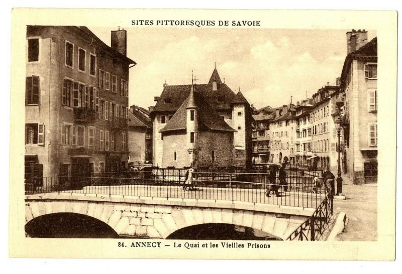 Carte postale ancienne Haute-Savoie Annecy Le Quai et les Vieilles Prisons animé à Annecy
