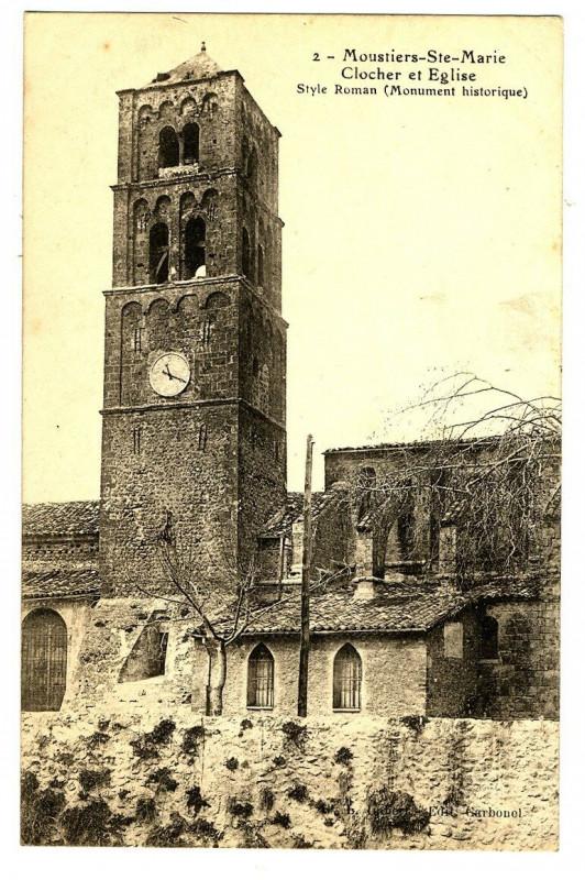 Carte postale ancienne Alpes-de-Haute-Provence Moustiers-Sainte-Marie Clocher et Eglise à Moustiers-Sainte-Marie