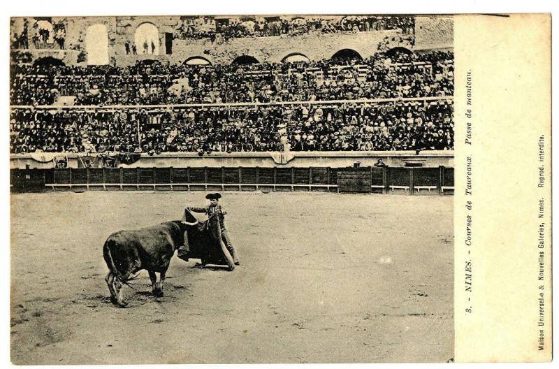 Carte postale ancienne Gard Nîmes Courses de taureaux Passe de manteau animé à Nîmes