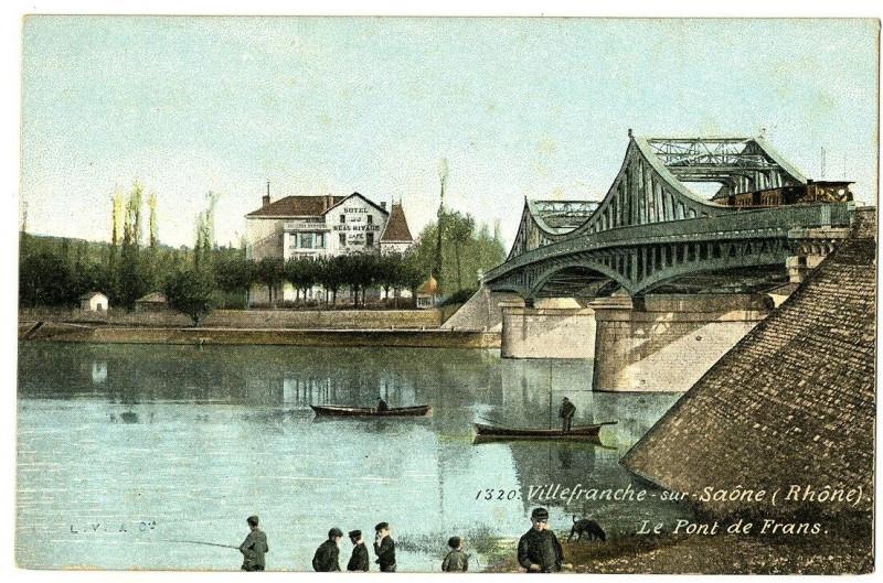 Carte postale ancienne Rhône Villefranche-sur-Saône le Pont de Frans animé à Villefranche-sur-Saône