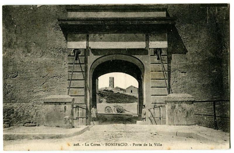 Carte postale ancienne Corse du Sud Bonifacio Porte de la Ville animé à Bonifacio