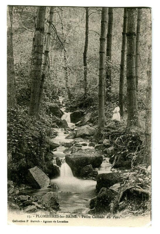 Carte postale ancienne Vosges Plombières-les-Bains Petite Cascade du Parc animé à Plombières-les-Bains